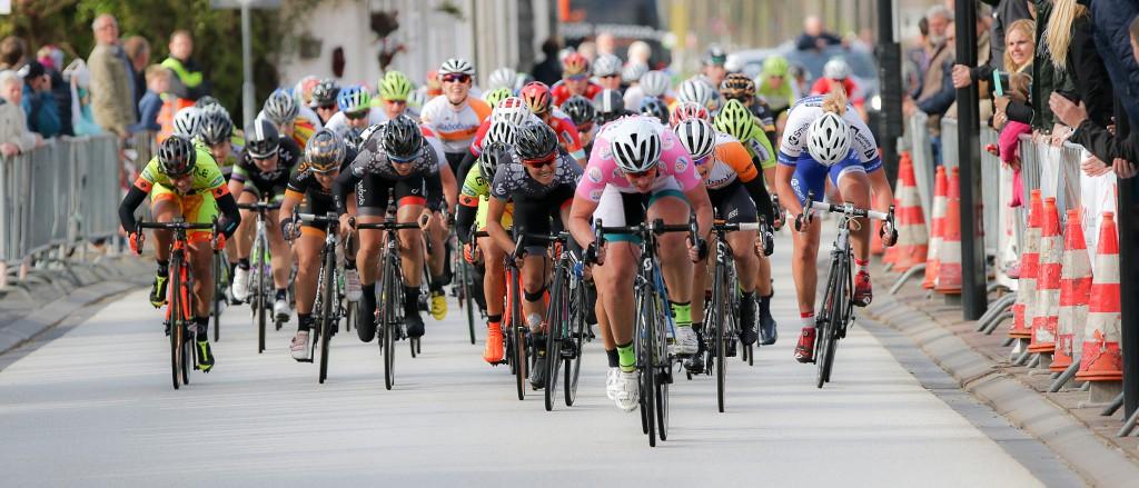 25-04-2015: Wielrennen: Omloop van Borsele: s Heerenhoek De EPZ omloop van Borsele is de volgende wedstrijd in het kader van de topcompetitie. De wedstrijd wordt gekenmerkt door smalle dijken en wind.Kirsten WIld is voor de vijfde keer de sterkste in deze koers voor de de Amerikaanse Shelly olds en de Duitse Anna Knauer