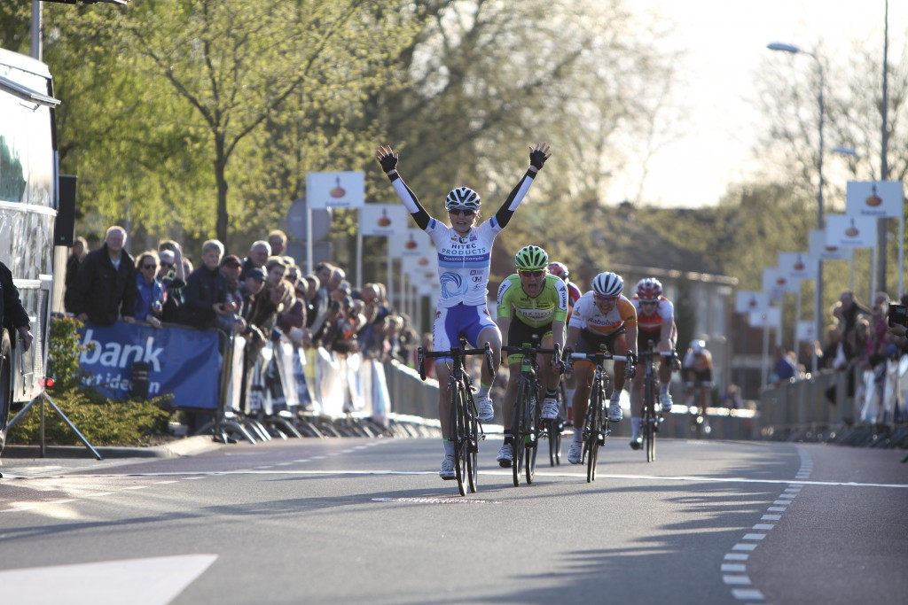 RIJSSEN (NED) wielrennen: De 2e editie van de vrouwenronde van Overijssel is met 140 kilometer een van de langste klassiekers voor vrouwen in Nederland. Net als in de ronde van Vlaanderen kent men in Overijssel het dorp van de ronde. In 2015 is de eer aan Markelo. Winst was er voor Lauren Kitchen