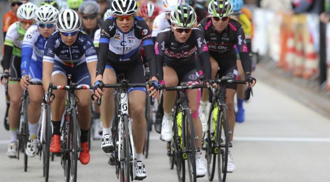 23-04-2016: Wielrennen: Topcompetitie vrouwen: Borsele   s-Heerenhoek (NED) wielrennen De omloop van Borsele een koers met kenmerkende smalle passages over dijken kent met wind. meestal veel strijd